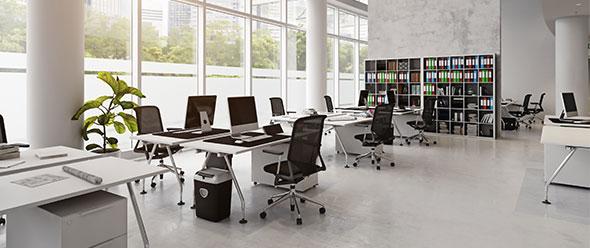 Interior de oficina con escritorios y equipo