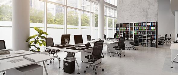 Interior espacio de oficinas con equipos de computo